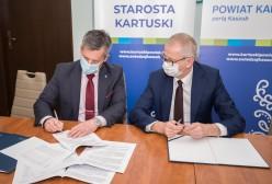 Podpisanie umowy przez Starostę Kartuskiego Bogdana Łapę i Wicestarostę Piotra Fikusa.