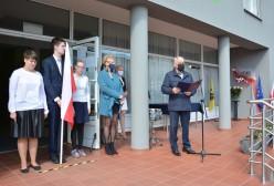 Mieczysław Woźniak Przewodniczący Rady Powiatu Kartuskiego odczytuje uchwałę Rady Powiatu Kartuskiego