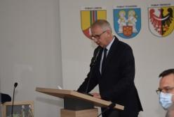 Starosta Kartuski Bogdan Łapa prezentujący Raport o stanie powiatu za rok 2020
