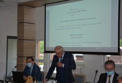 Przewodniczący Rady Powiatu Kartuskiego Mieczysław Woźniak przemawia na sesji absolutoryjnej
