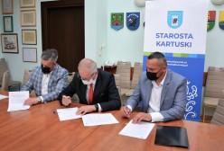 podpisanie umowy na budowę ronda w Leźnie, Starosta Kartuski Bogdan Łapa, Wicestarosta Piotr Fikus, właściciel firmy Hydromag