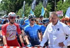 Dyrektor wyścigu Wiesław Hirsz wraz z zawodnikami przed startem