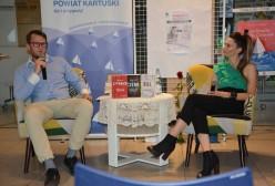 pisarka Małgorzata Oliwia Sobczak, prowadzący spotkanie w Kartuzach Piotr Smoliński