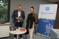 pisarka Małgorzata Oliwia Sobczak, wicedyrektor Wydziału Edukacji, Kultury i Promocji Wojciech Okroj