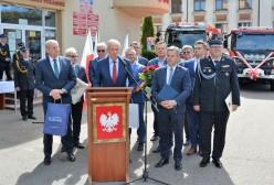 Starosta Kartuski Bogdan Łapa przemawia podczas jubileuszu 60-lecia Zawodowej Straży Pożarnej w Kartuzach